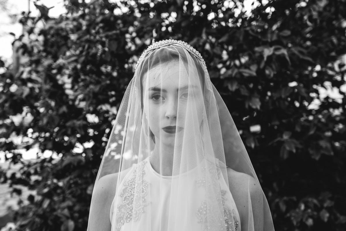novia velada fotografia en blanco y negro