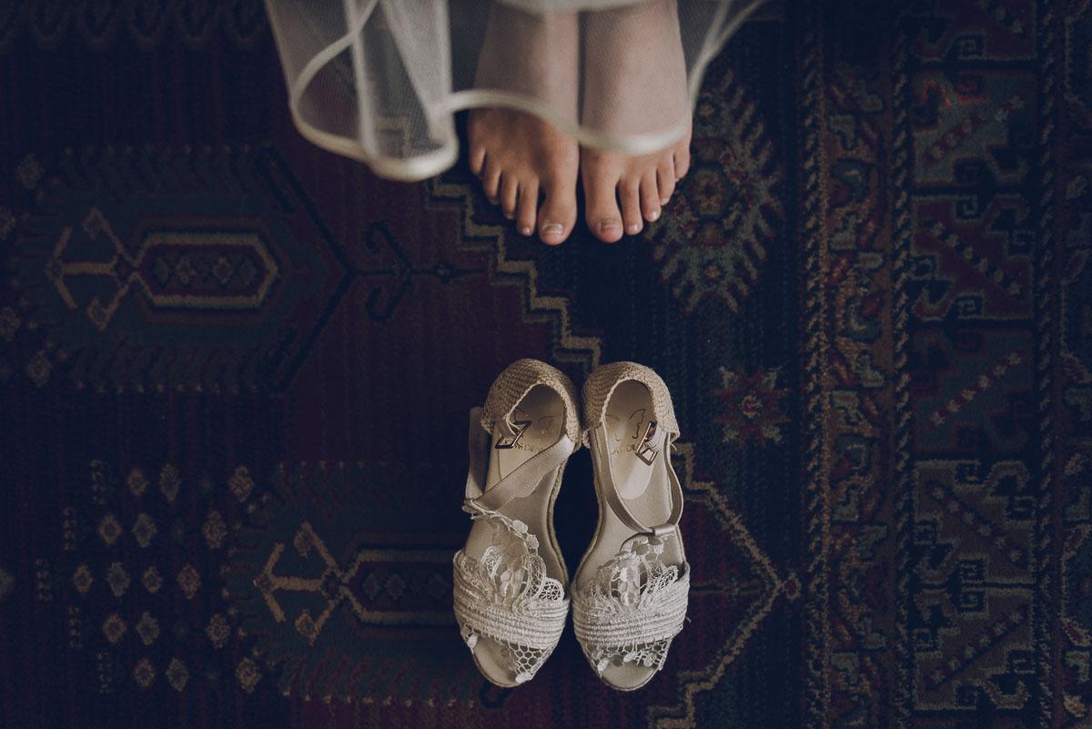 calzado de novia vegano, foto de los pies de la novia y unas alpargatas blancas sobre una alfombra
