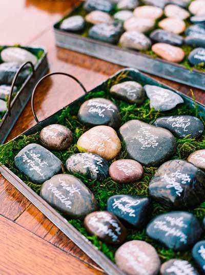 marcasitios original para boda hecho con piedras donde firman los invitados de una boda eco-friendly