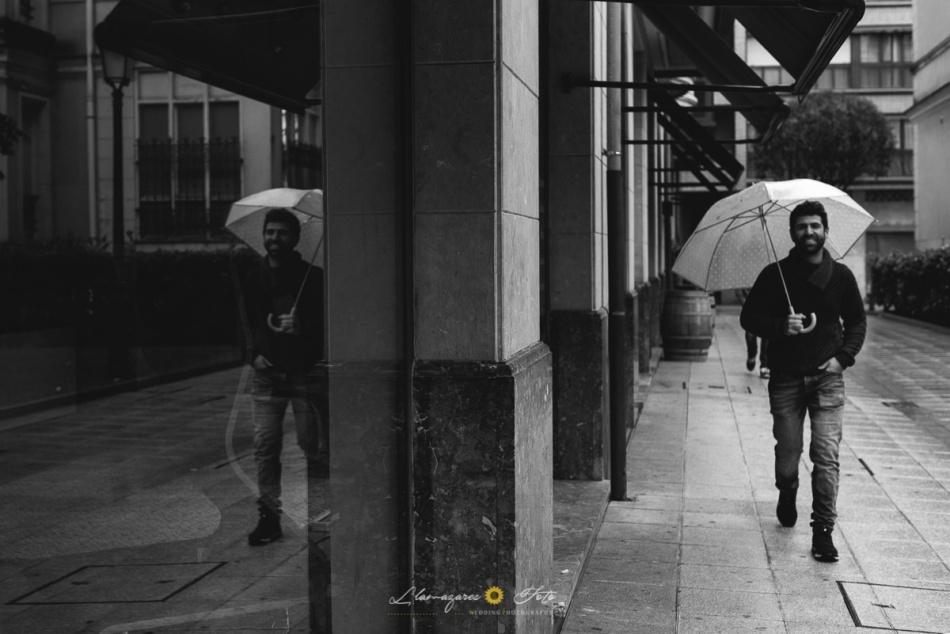 novio con paraguas