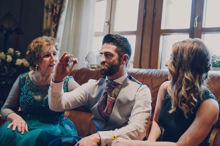 boda novio brindando