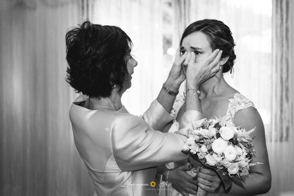 novia con su madre emocionada