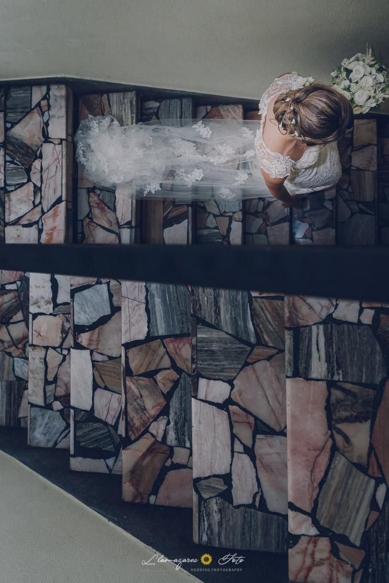 novia bajando escalera