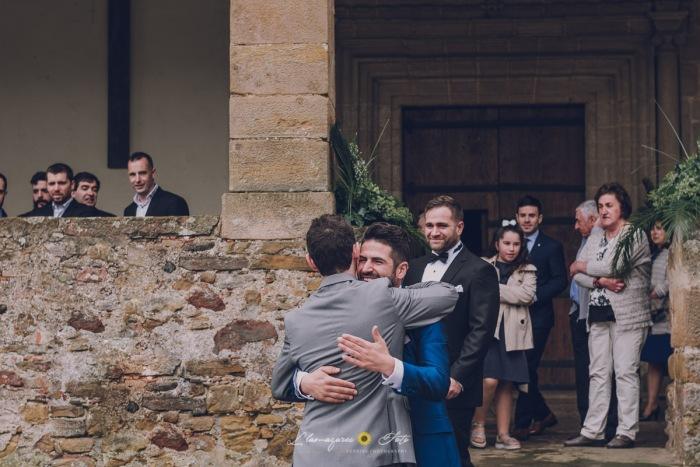 novio abrazando a un amigo