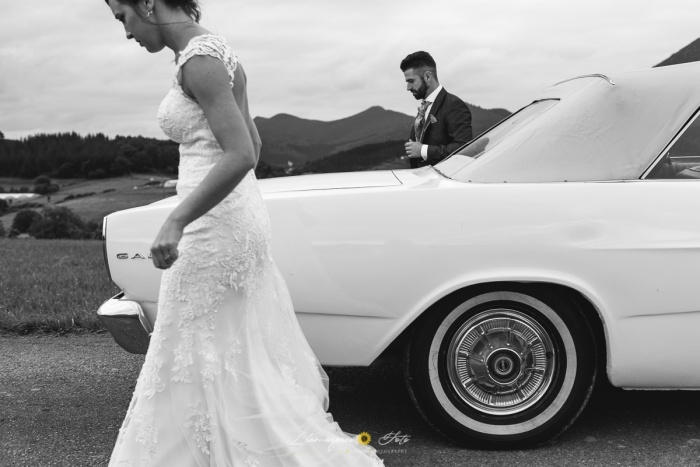 novios en blanco y negro con su coche