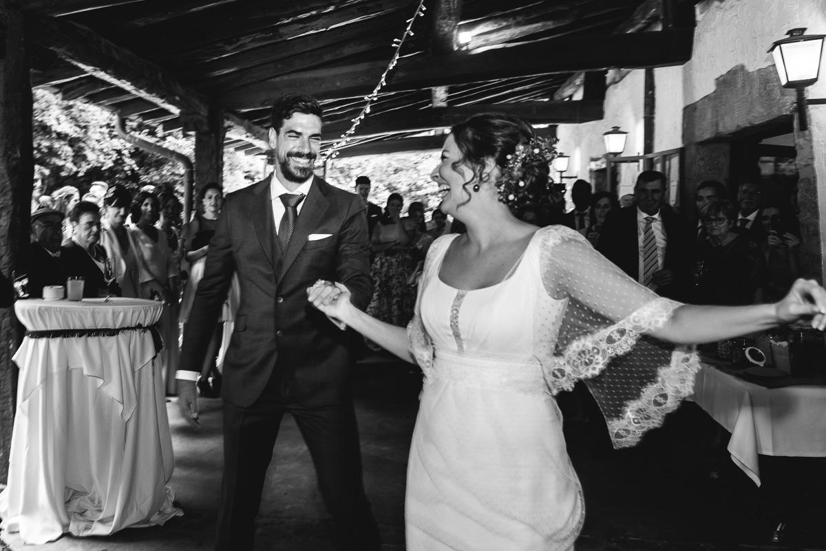 Baile de novios en la finca bauskain, novios contentos bailando con sus invitados detrás