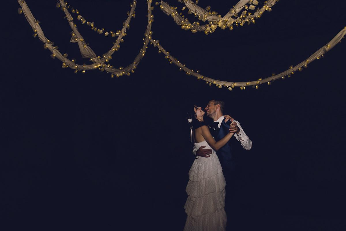 novios bailando sobre una girnalda de luces por la noche en una boda en la casona de las fraguas en cantabria