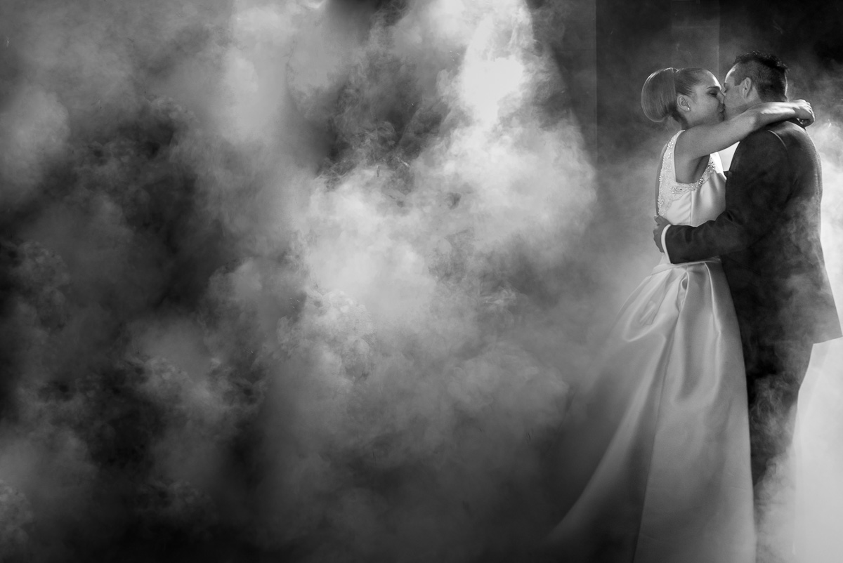 novios bailando en la boda rodeados de humo
