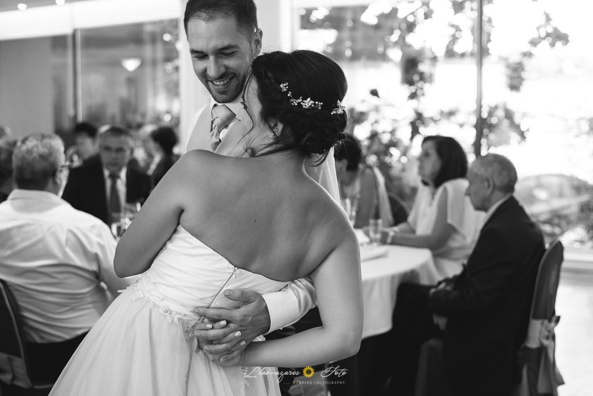 novios felices en una boda