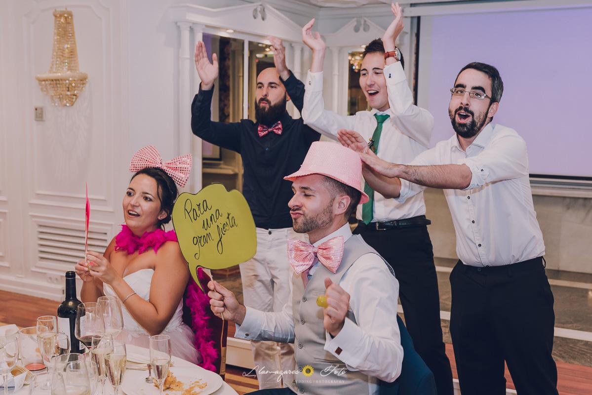 novios disfrazados de rosa en una boda