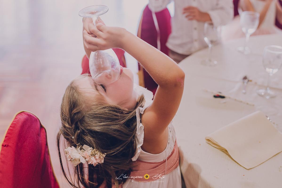 niña bebiendo de una copa de agua