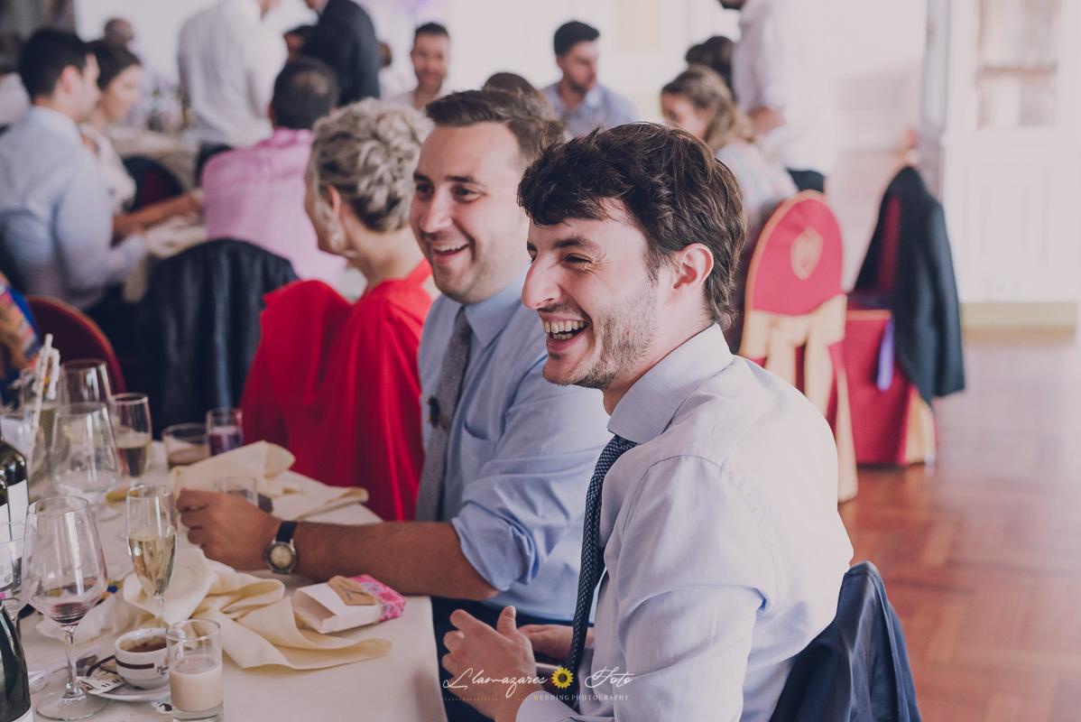 amigos de los novios sonriendo
