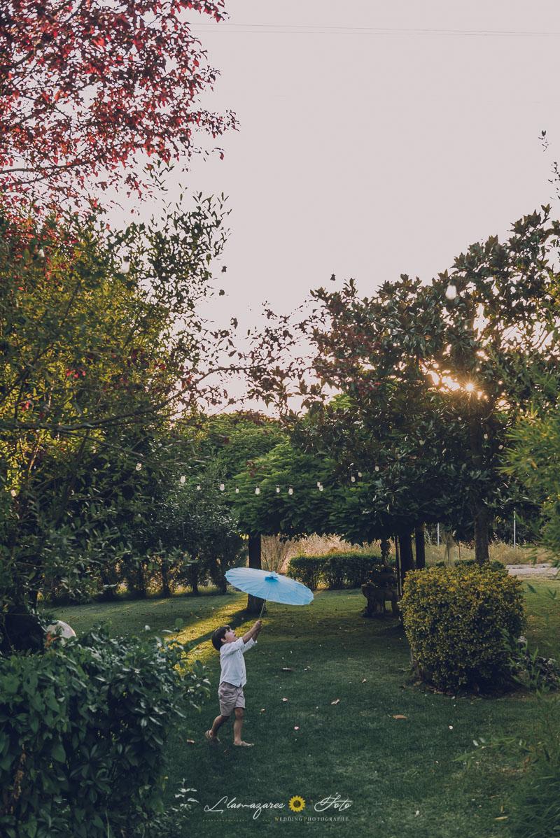 niño jugando con un paraguas en una boda