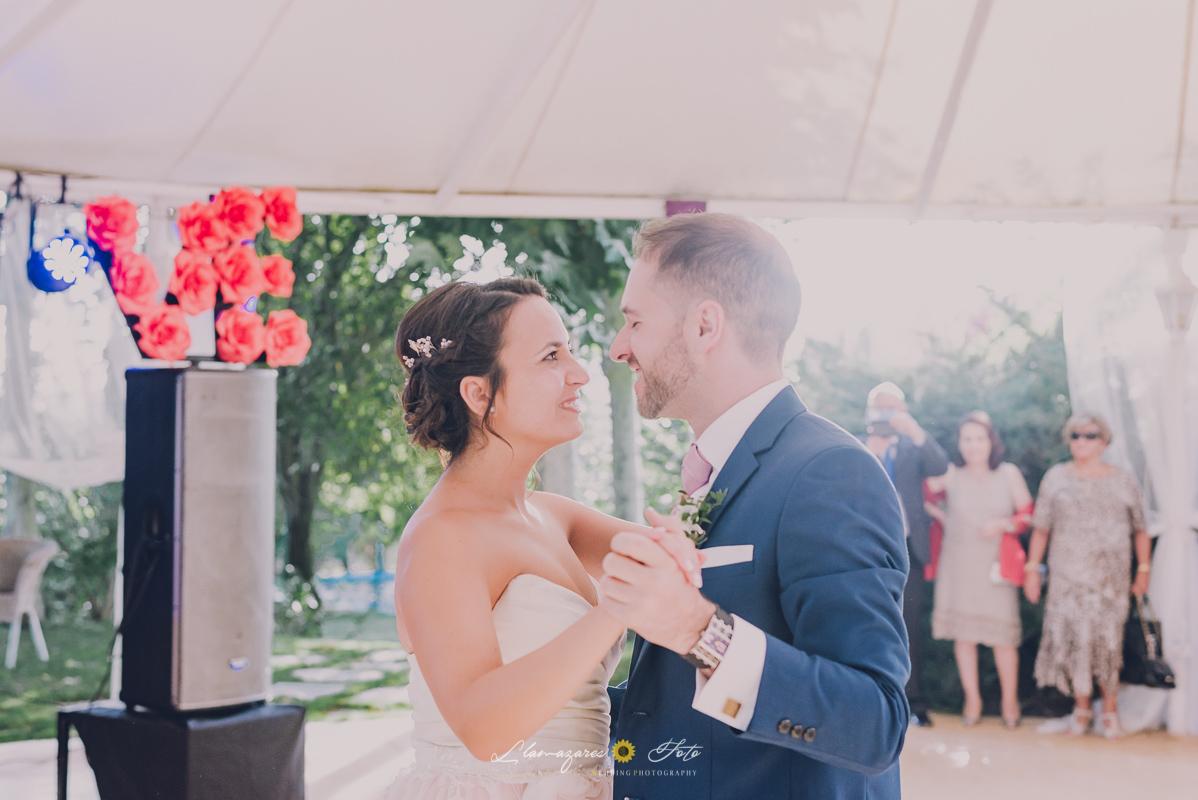 novia con un vestido rosa bailando en una boda