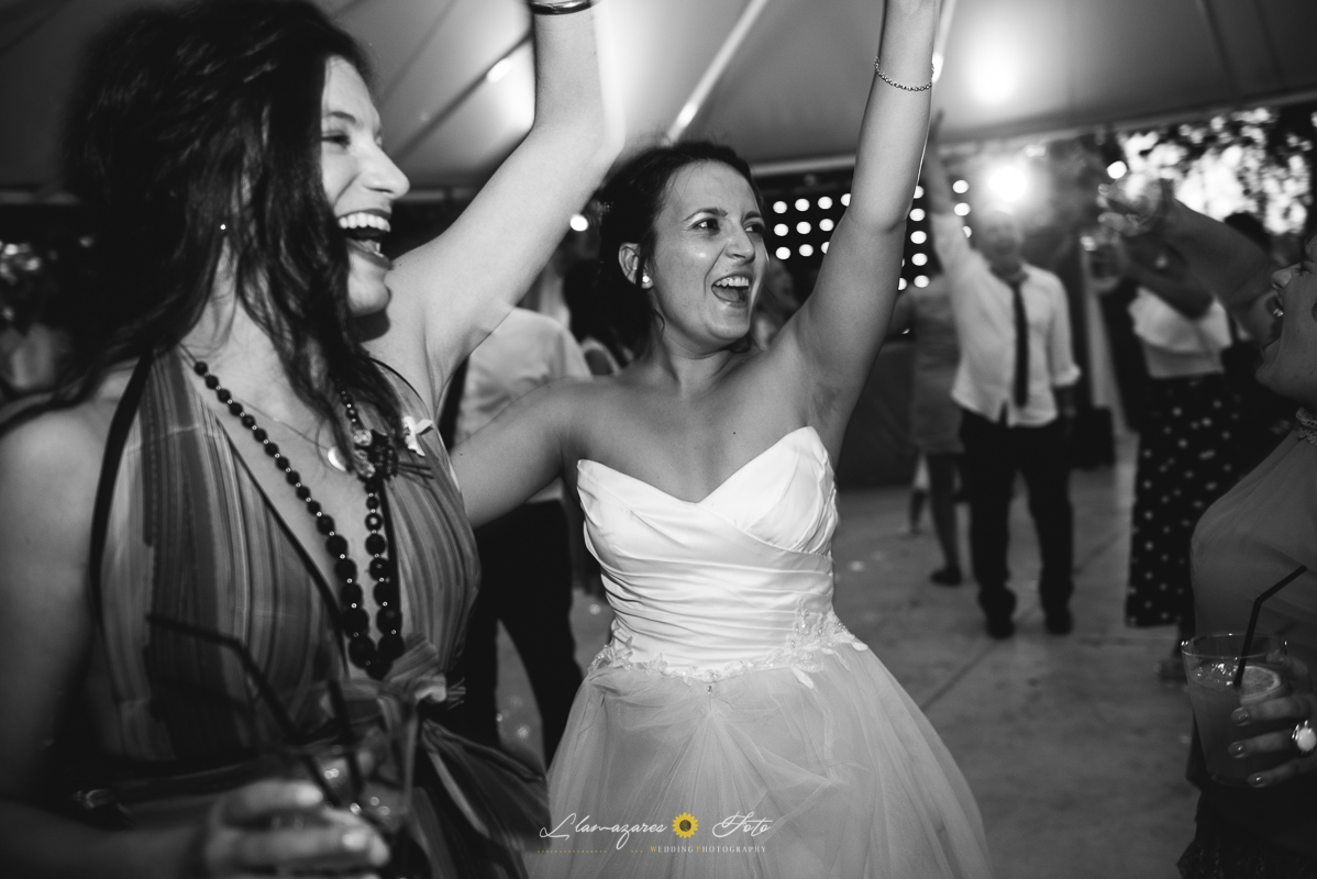 novia bailando con amiga