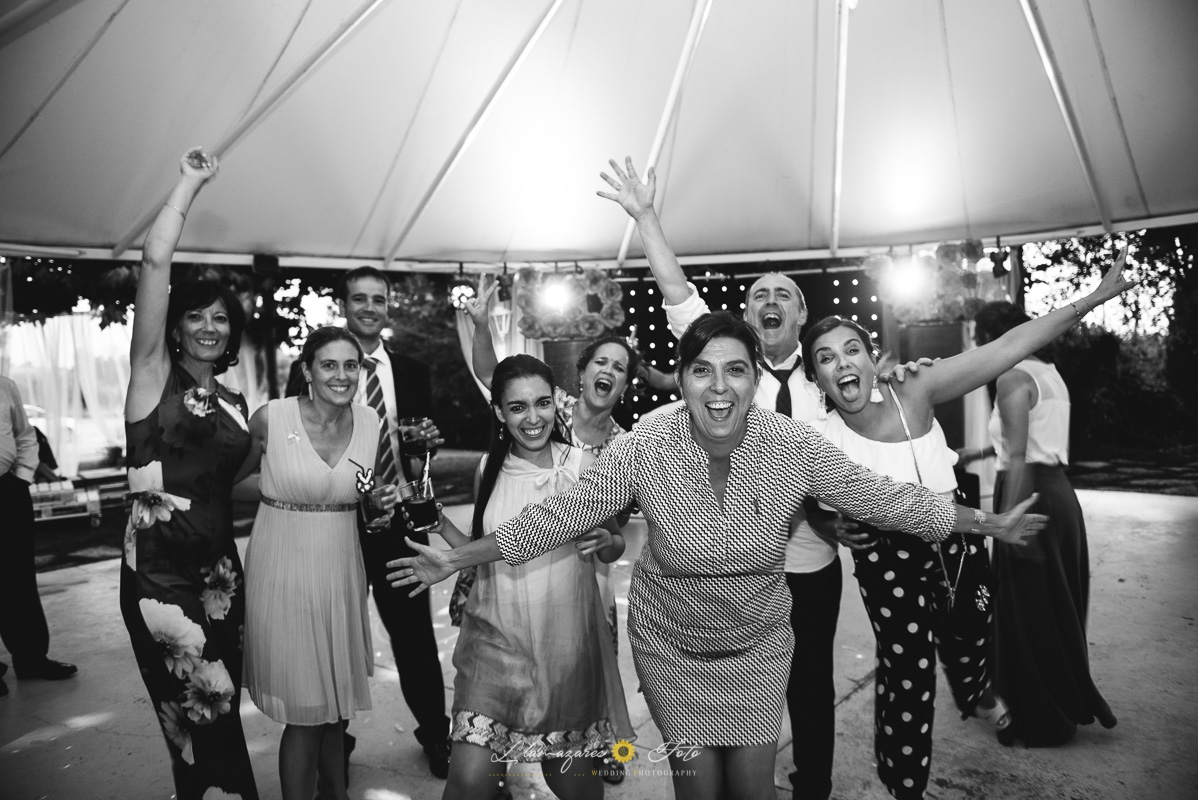 grupo de amigos bailando