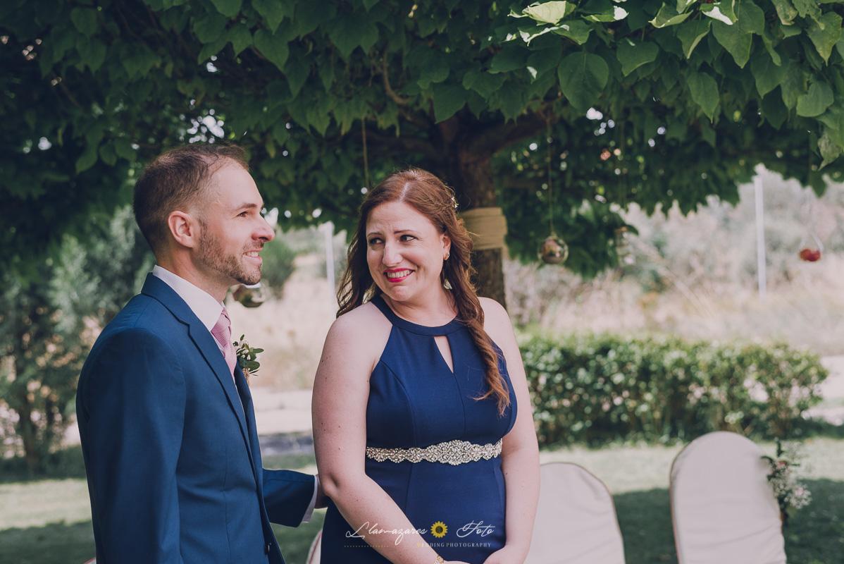 ceremonia civil al aire libre aranda de duero, novio y hermana llorando