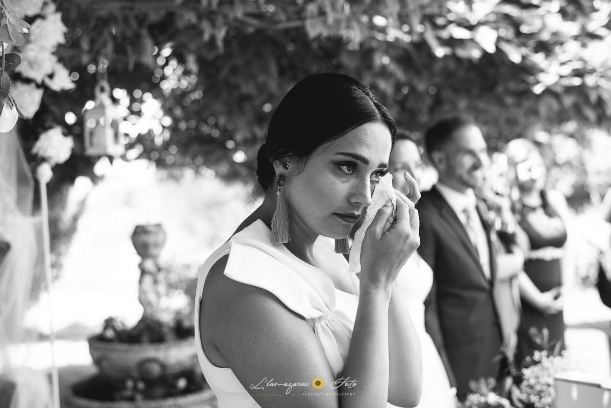 mujer llorando en una boda