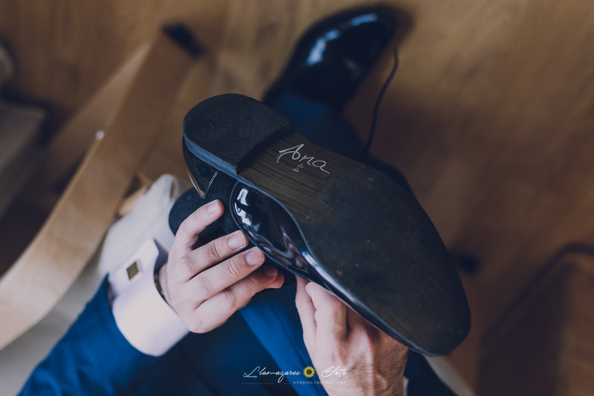 zapatos con el nombre escrito de la novia en la suela