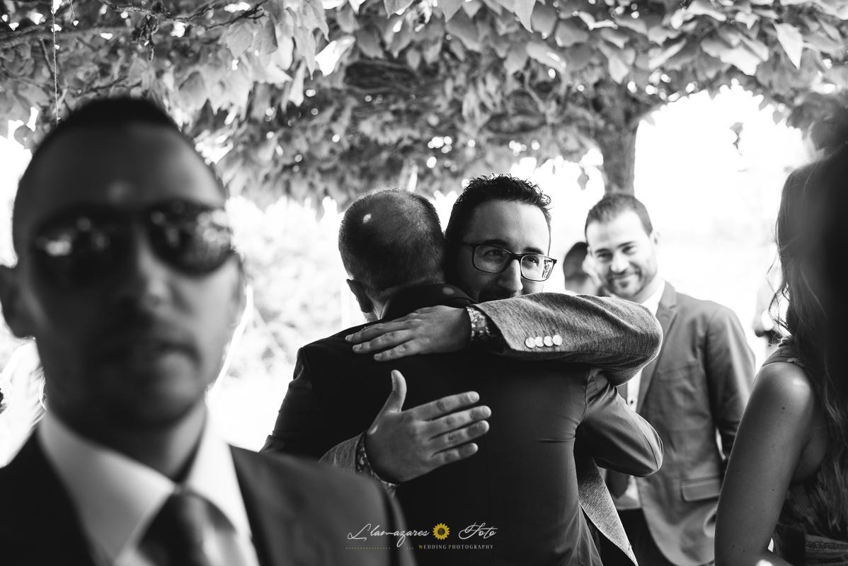 abrazo entre el novio y un amigo