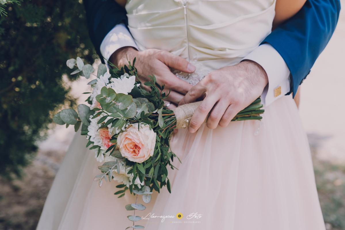detalle vestido rosa de novia y su ramo
