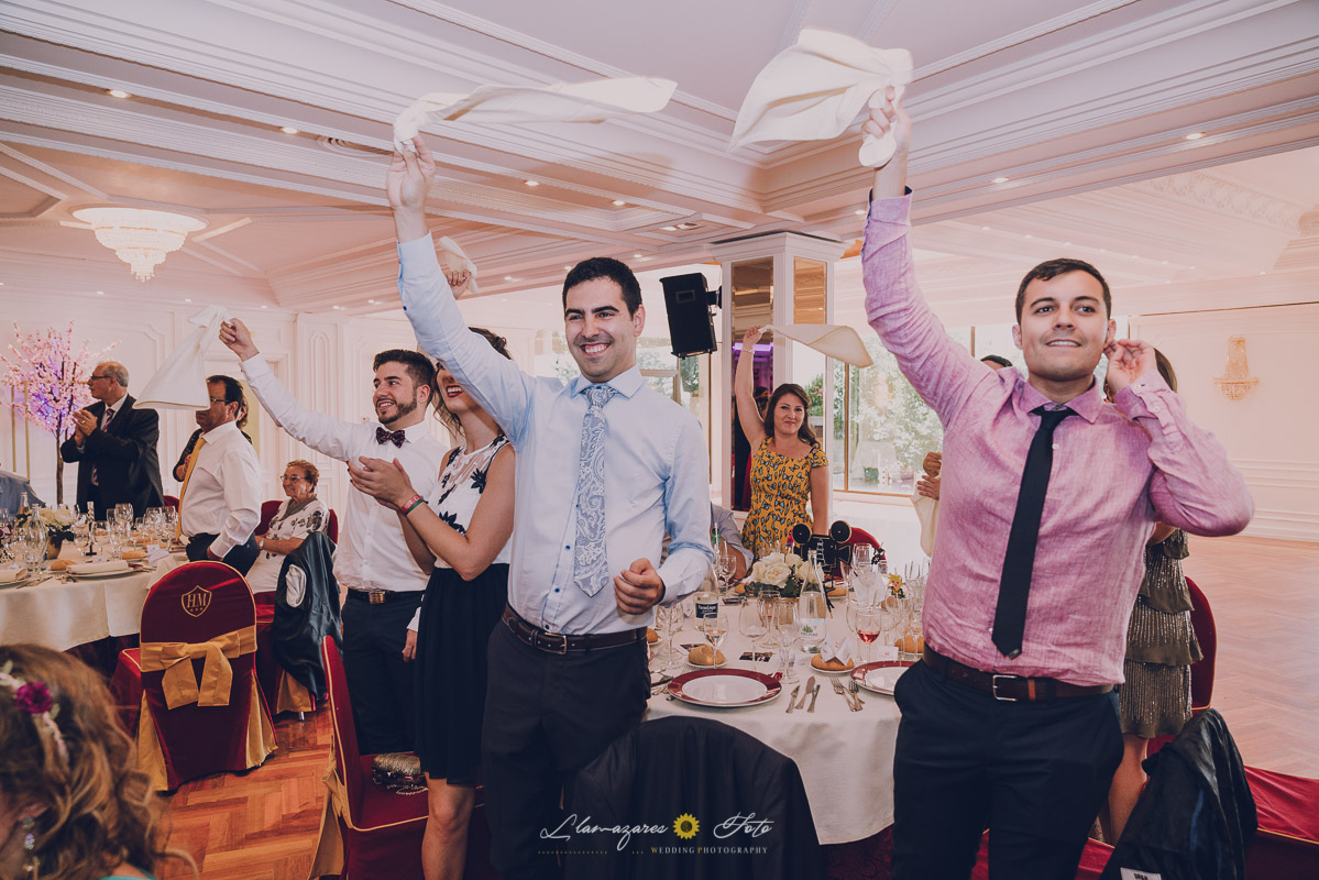 invitados agitando las servilletas en el comedor de la boda de aranda de duero