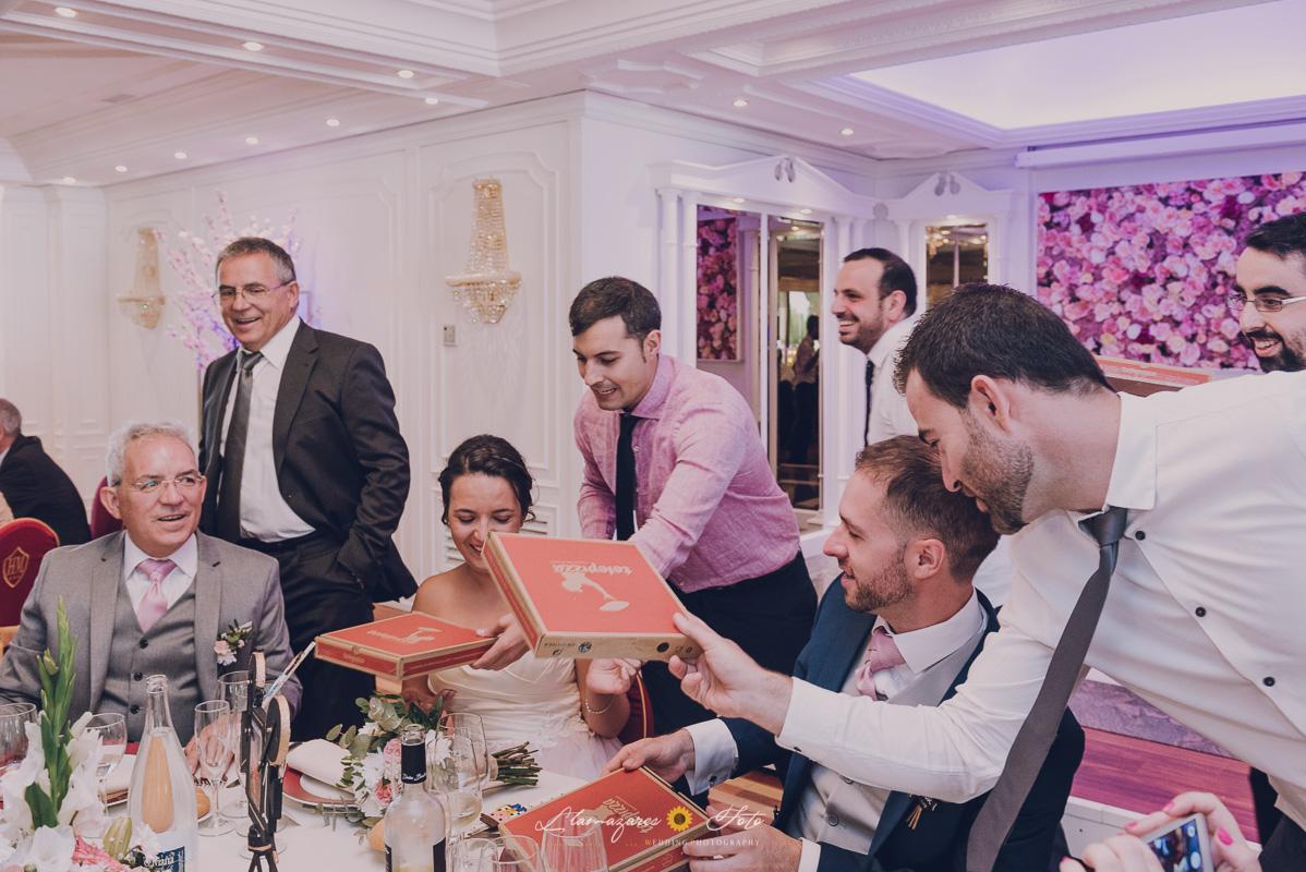 novios comiendo pizza en su boda