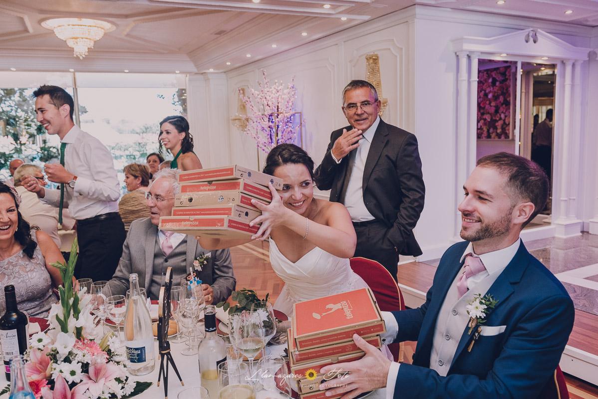 novios comiendo pizza en la boda