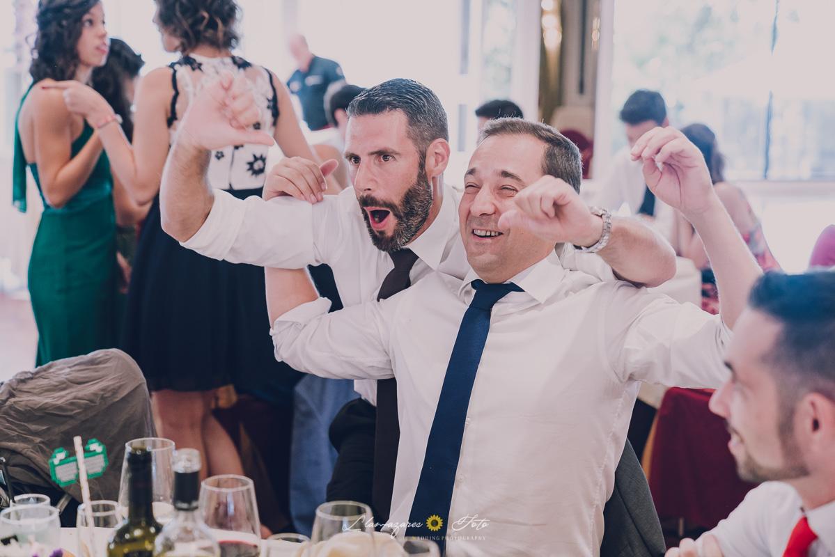 invitados en el comedor de una boda