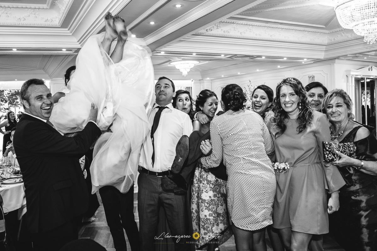 novia con los pies sucios aupada por los invitados