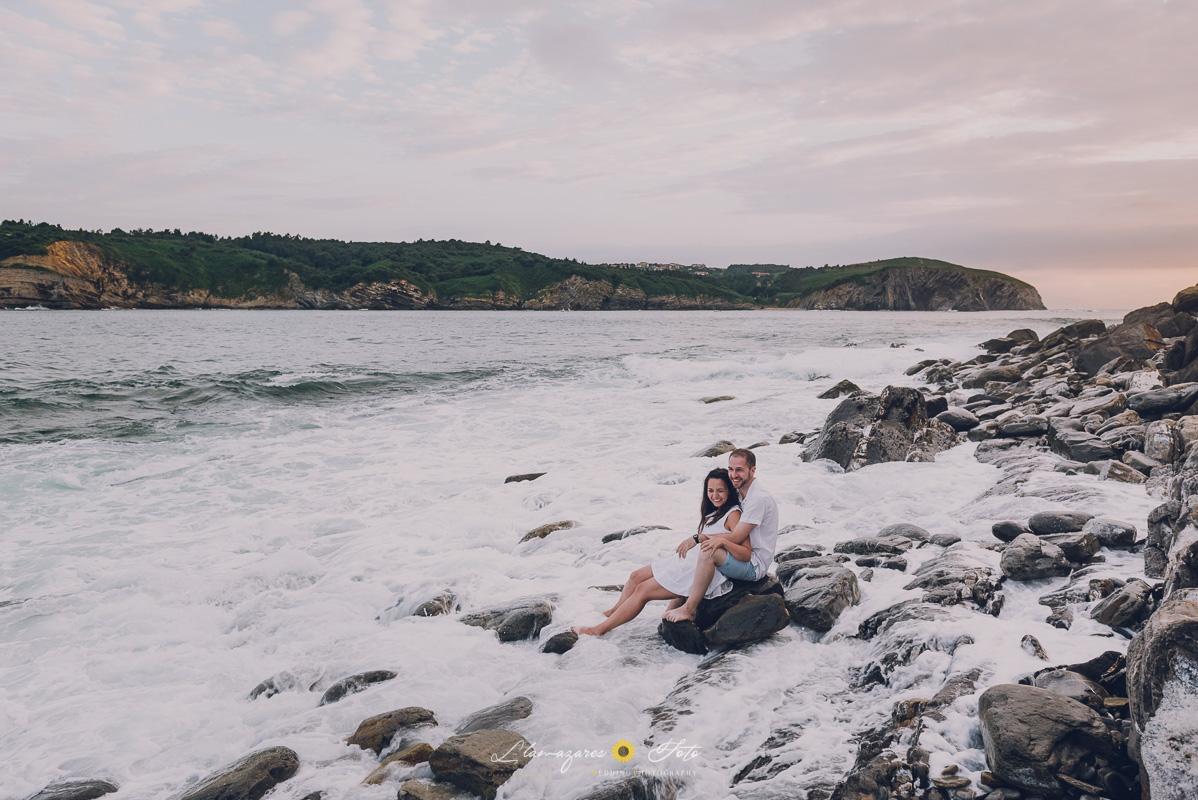 Novios sobre el agua en la bahía de Gorliz