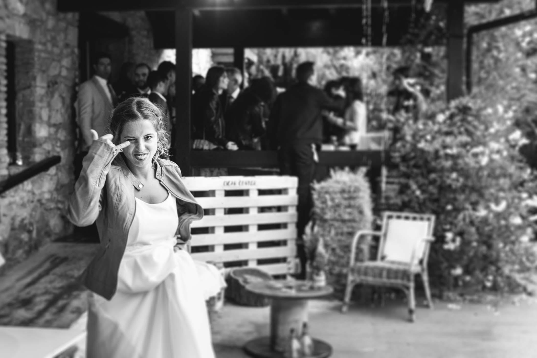 novia millennial celebrando su boda haciendo un gesto divertido